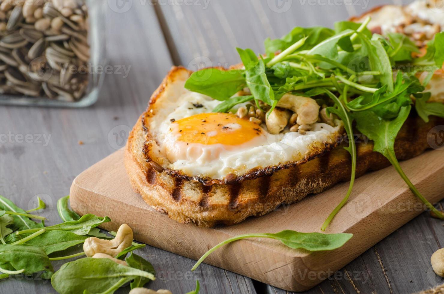 pão da vila, ovos fritos foto