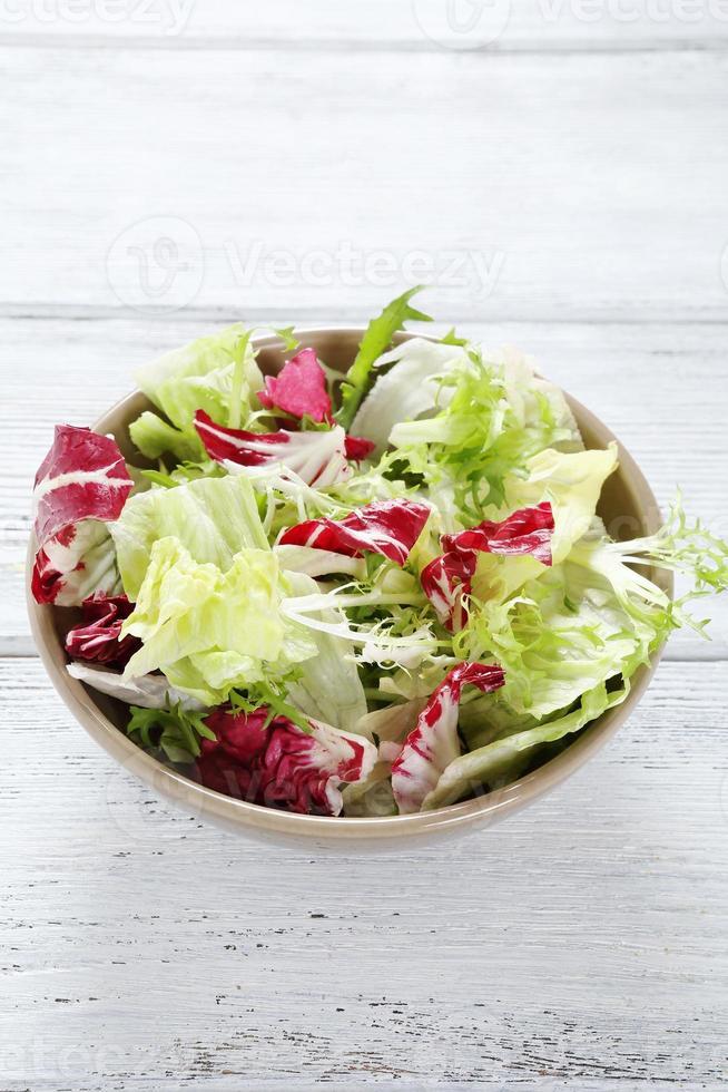 salada mista em uma tigela foto