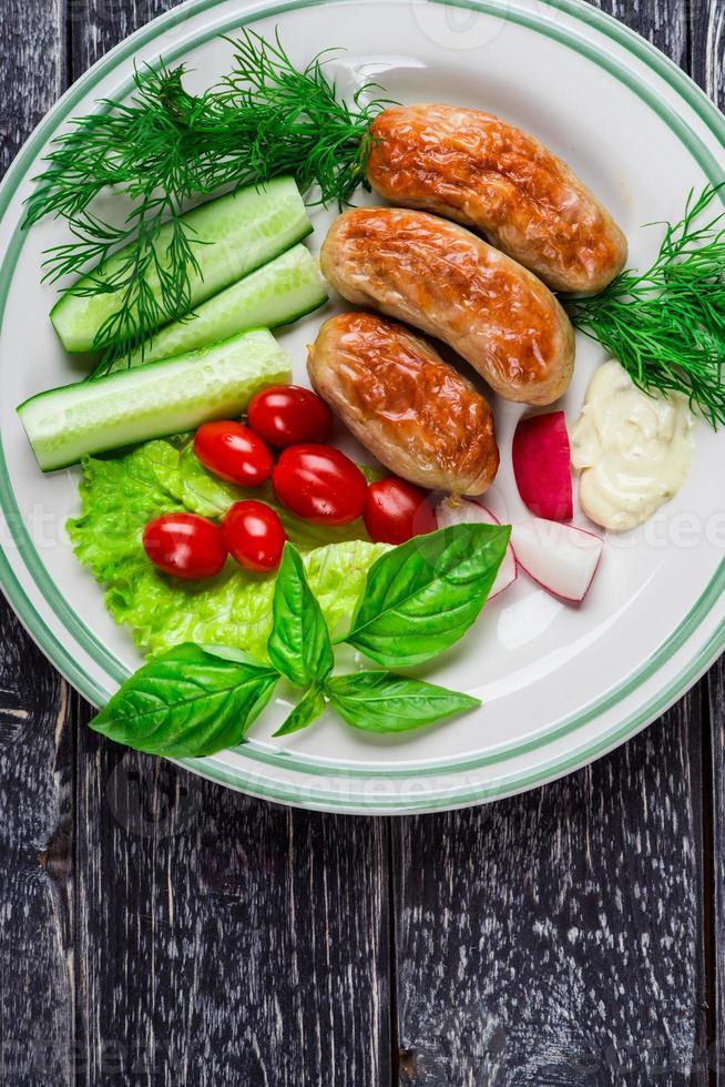 salsichas e legumes foto