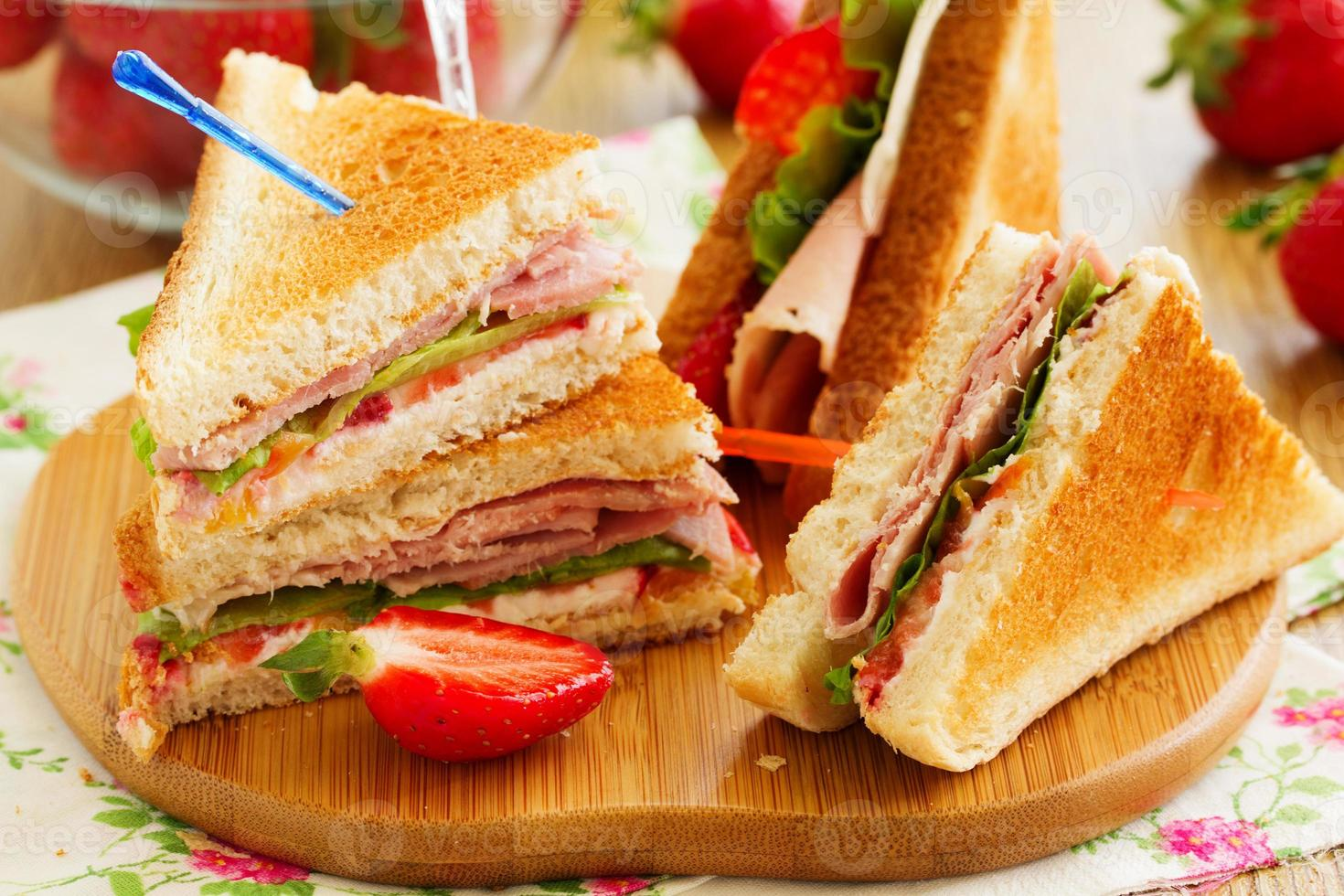 sanduíche de peru dietético e morango. foto