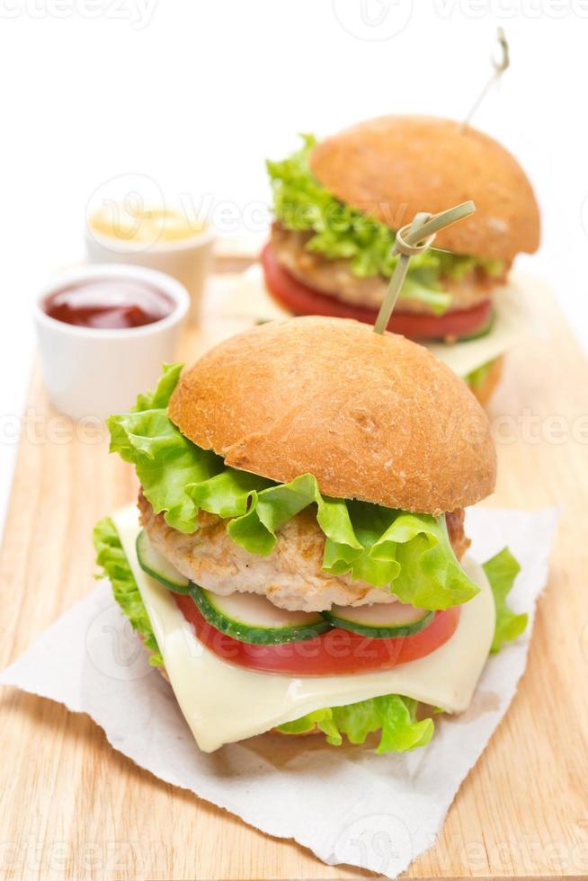 hambúrguer de frango caseiro com legumes, queijo foto