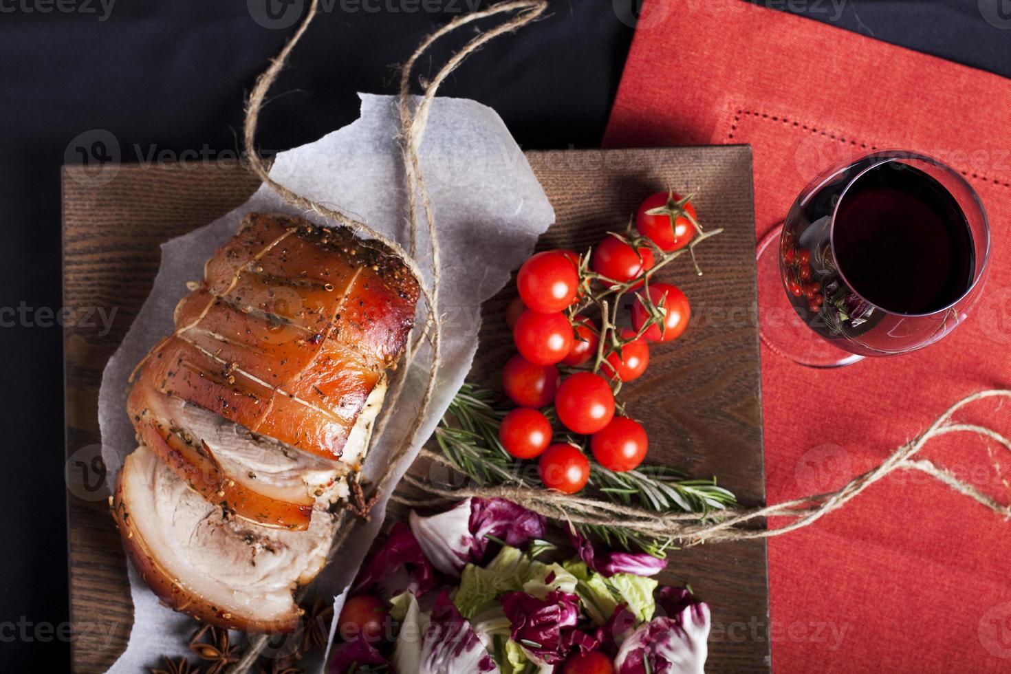 carne de porco e legumes foto