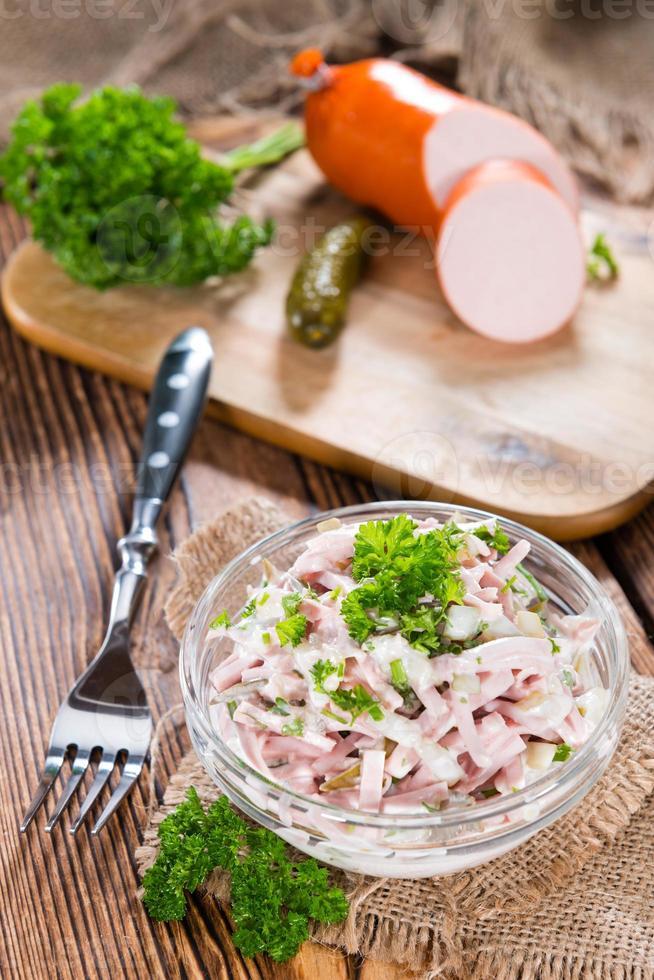 porção de salada de carne caseira foto