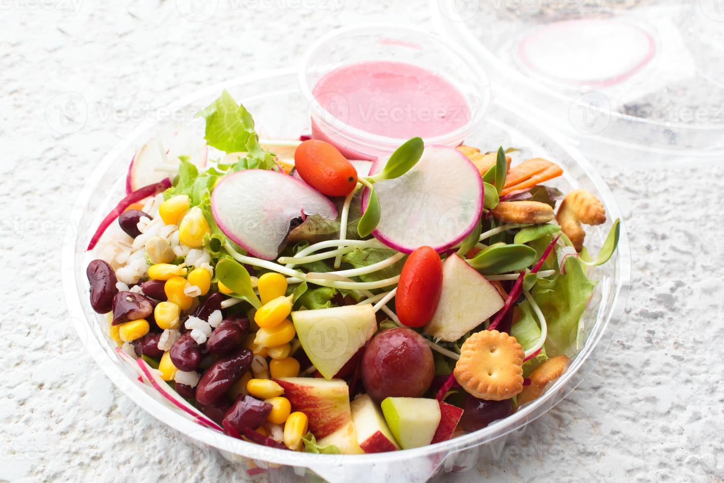 salada de legumes e frutas frescas. foto