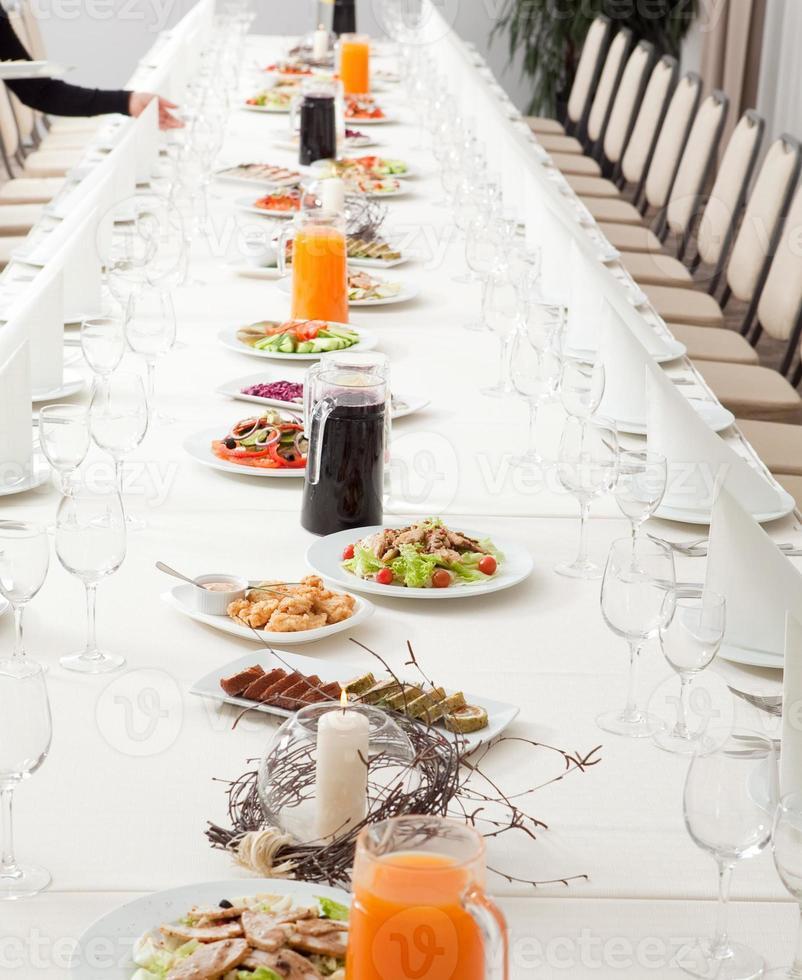 mesa de restaurante servida foto