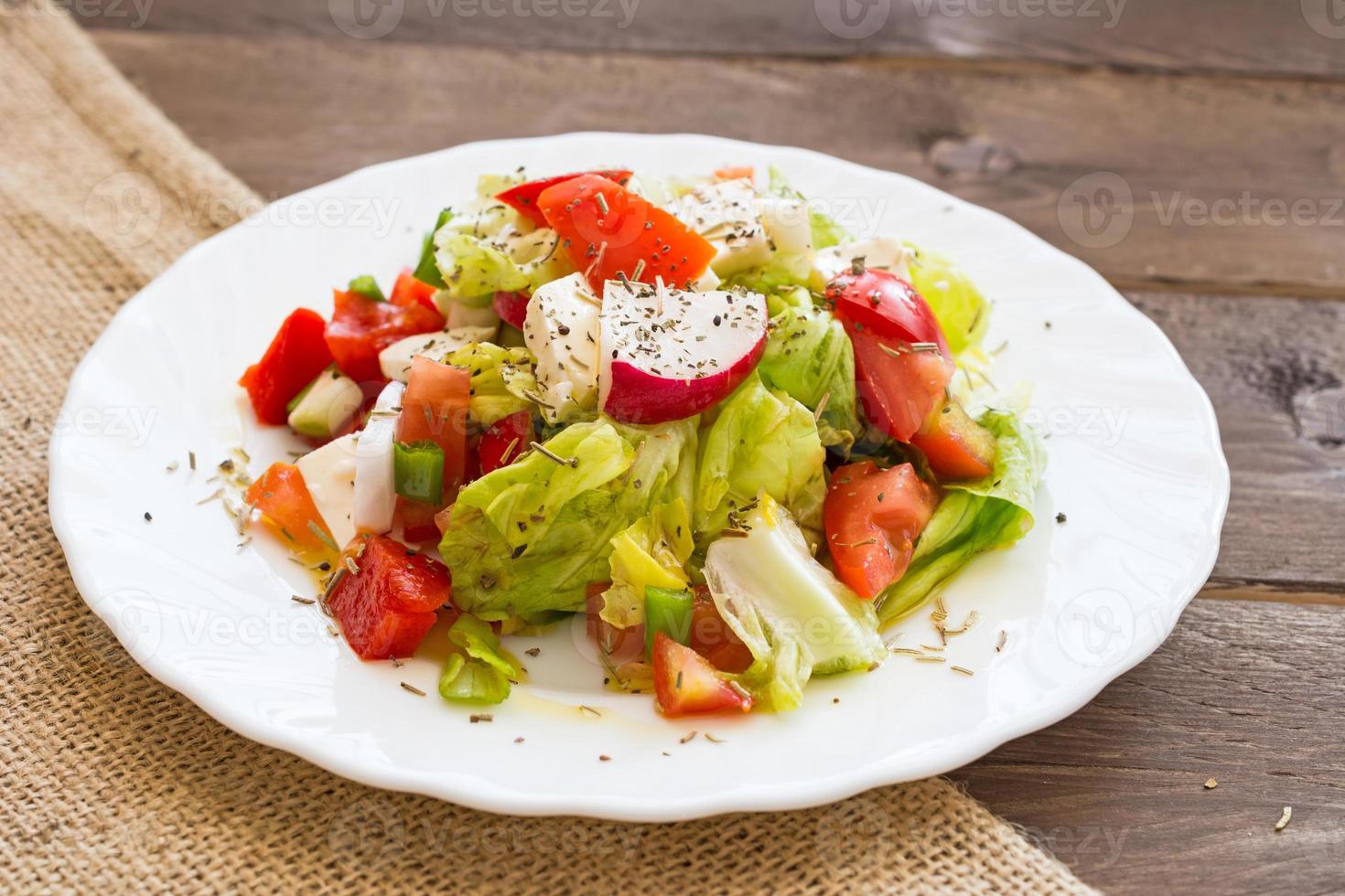 salada caseira fresca sobre fundo de madeira foto