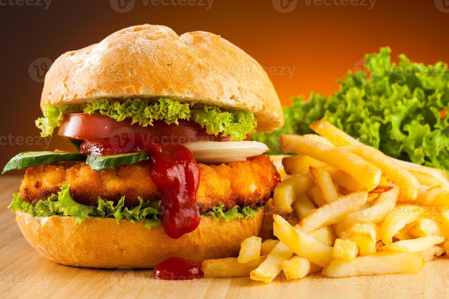 hambúrguer grande com batatas fritas foto