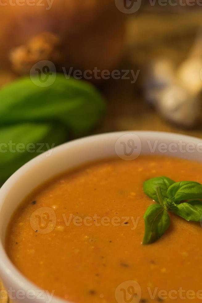 sopa de tomate com manjericão foto