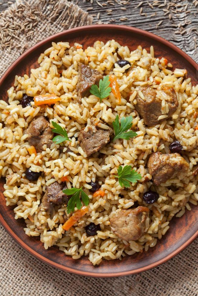 pilaf é tradicional prato delicioso com carne frita, aumento, cenoura foto
