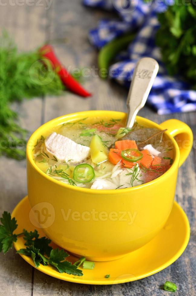 sopa de galinha com aletria. foto