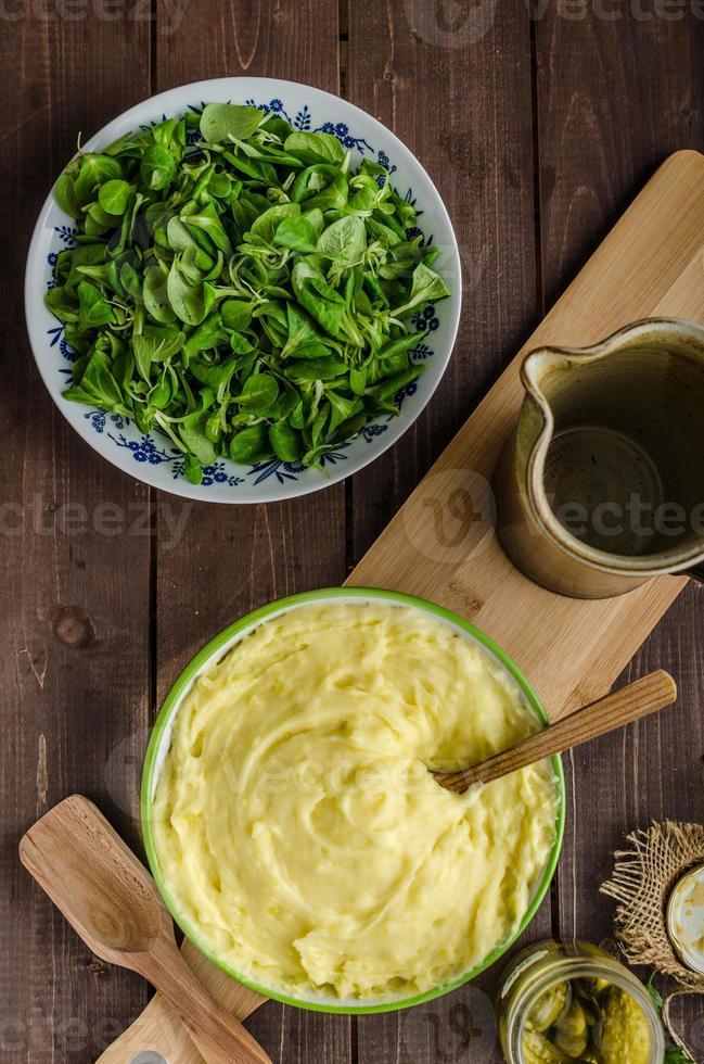 Schnitzel com purê de batatas e salada foto
