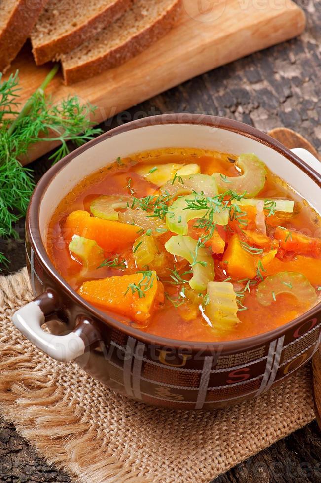 sopa de legumes no fundo de madeira velho foto