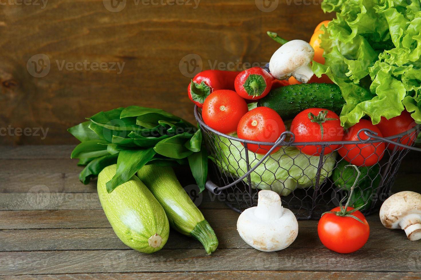 conjunto de legumes frescos em uma cesta foto