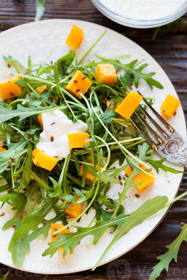 salada fresca com abóbora e iogurte foto