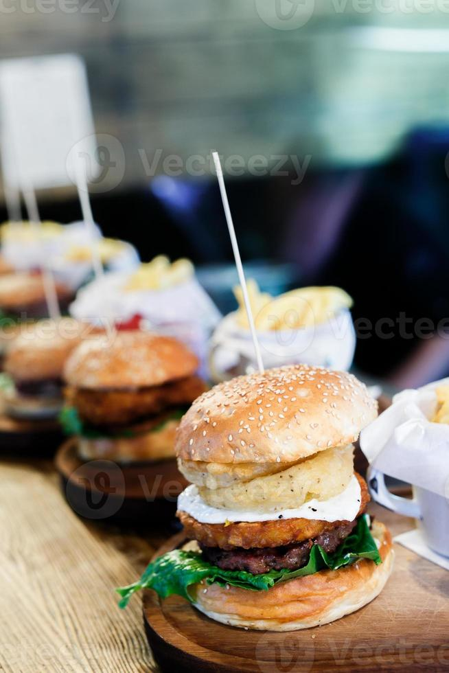 closeup de hambúrguer caseiro com batatas fritas foto