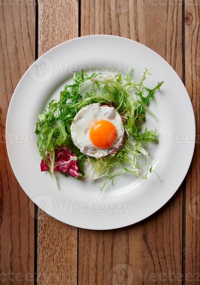 tártaro de carne com ovo frito foto