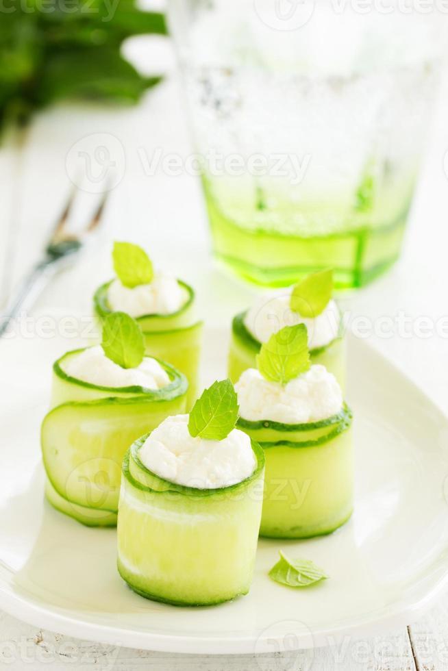 rolos de pepino com requeijão e iogurte com hortelã. foto