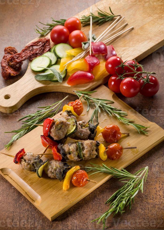espeto com bolas de carne e legumes foto
