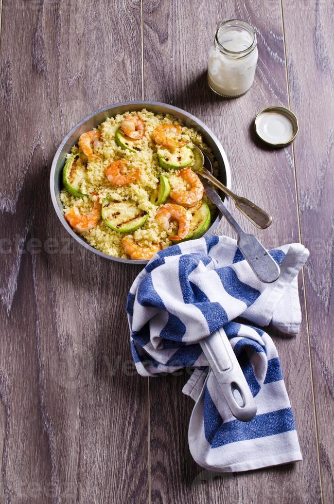 cuscuz com legumes e camarão foto