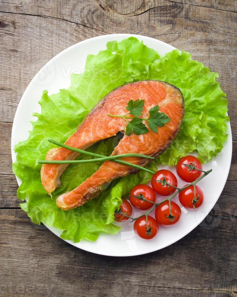 filé de salmão com legumes foto
