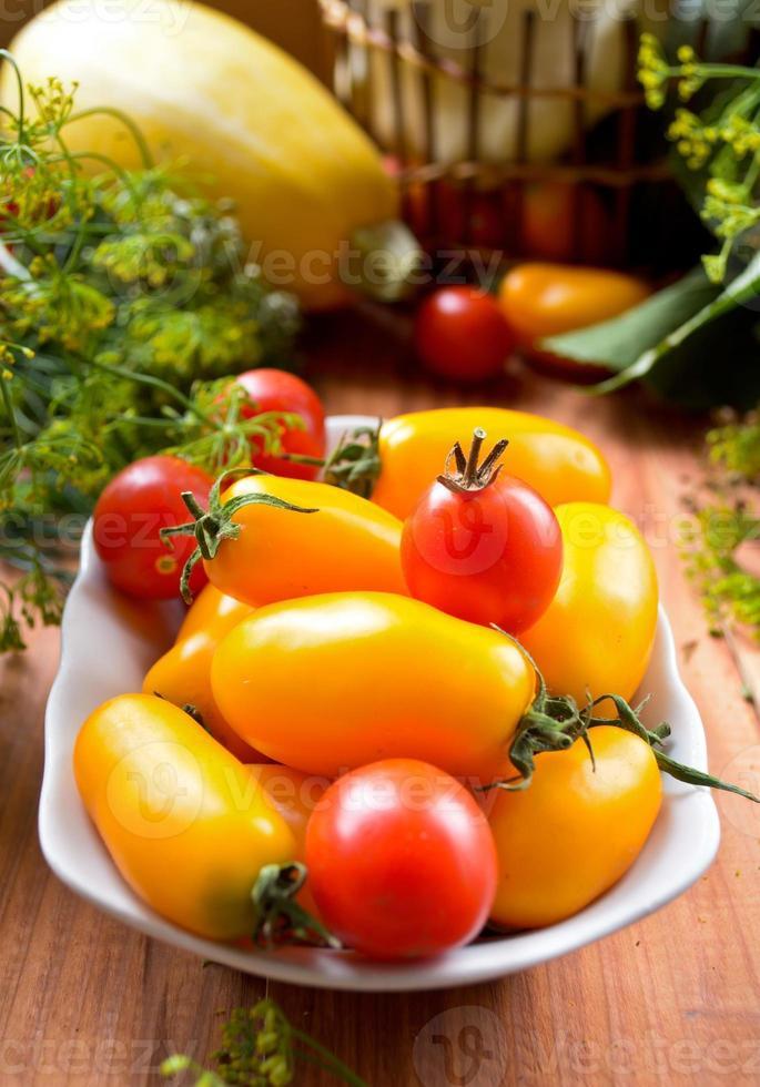 vegetais crus coloridos frescos orgânicos na cesta foto