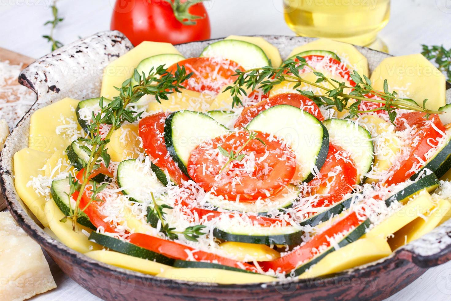 tomate, batata e abobrinha preparados para assar foto