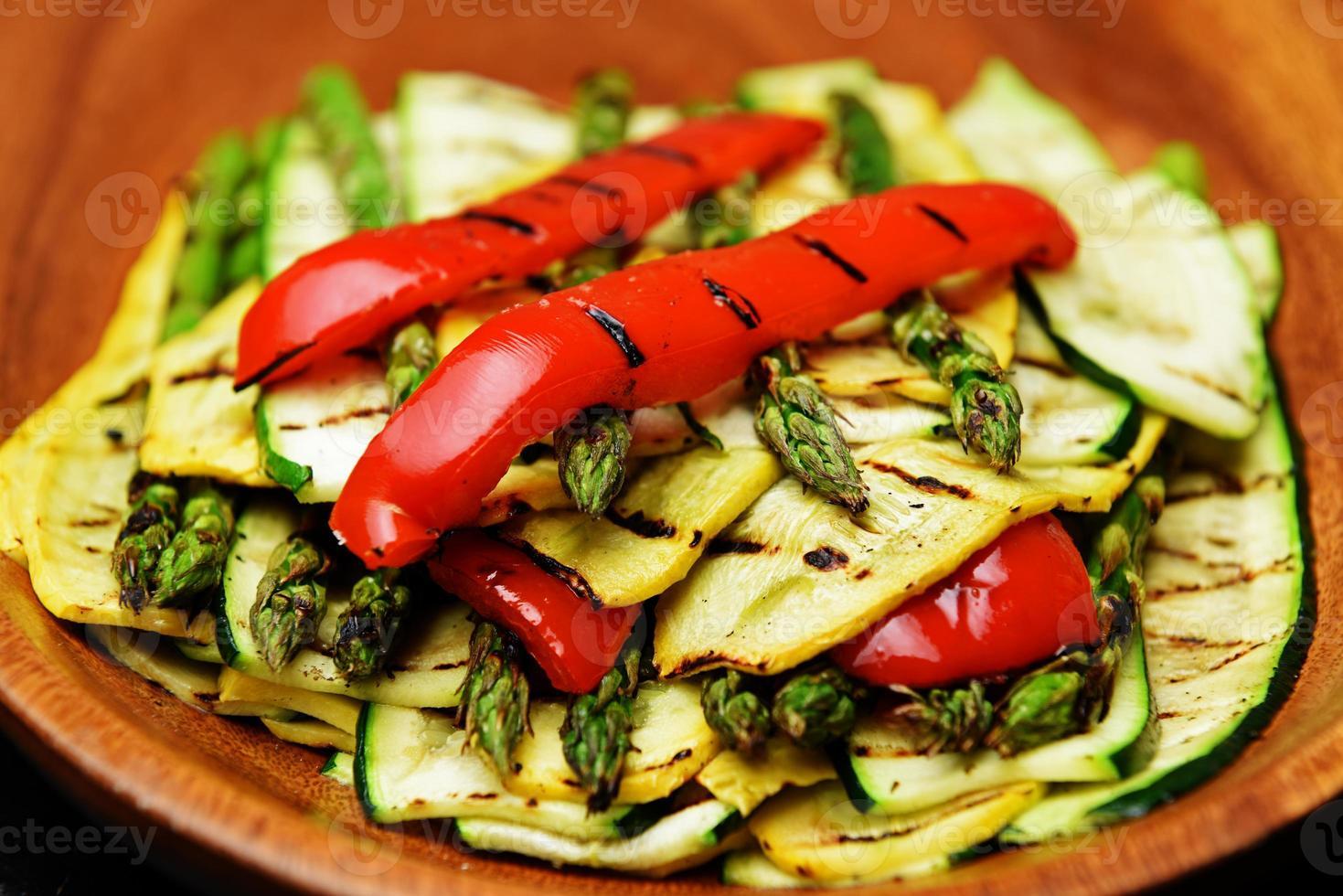 prato de legumes grelhados foto