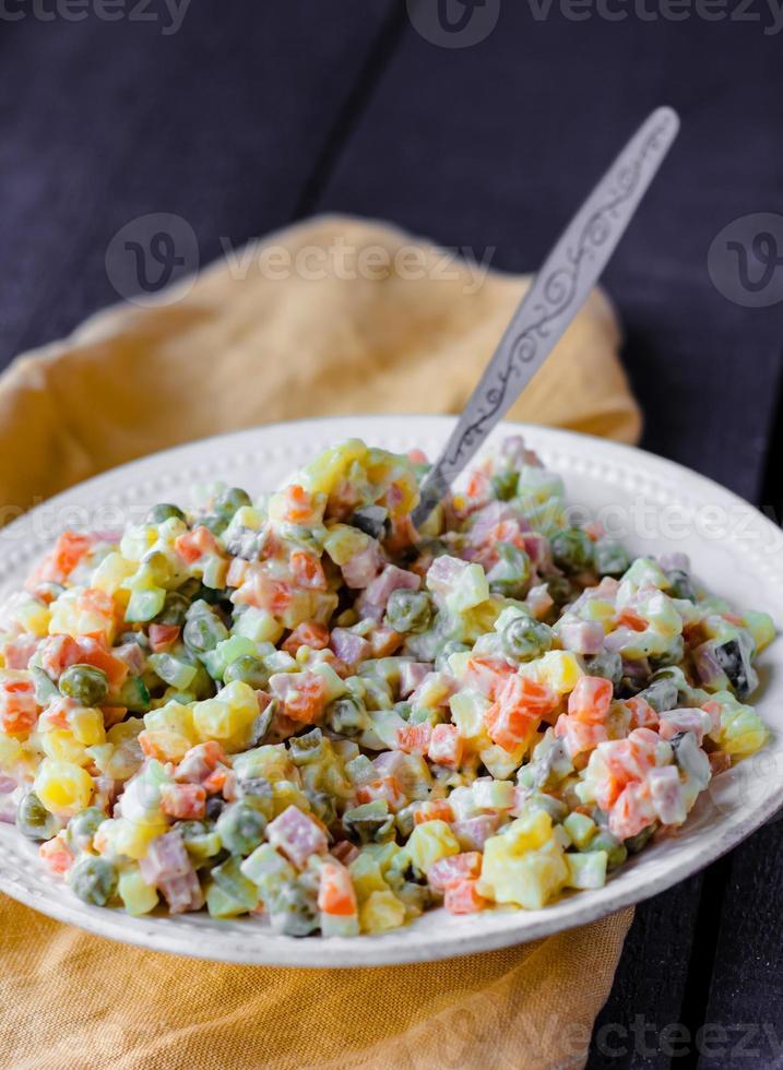 salada olivier uma mesa festiva, ano novo foto