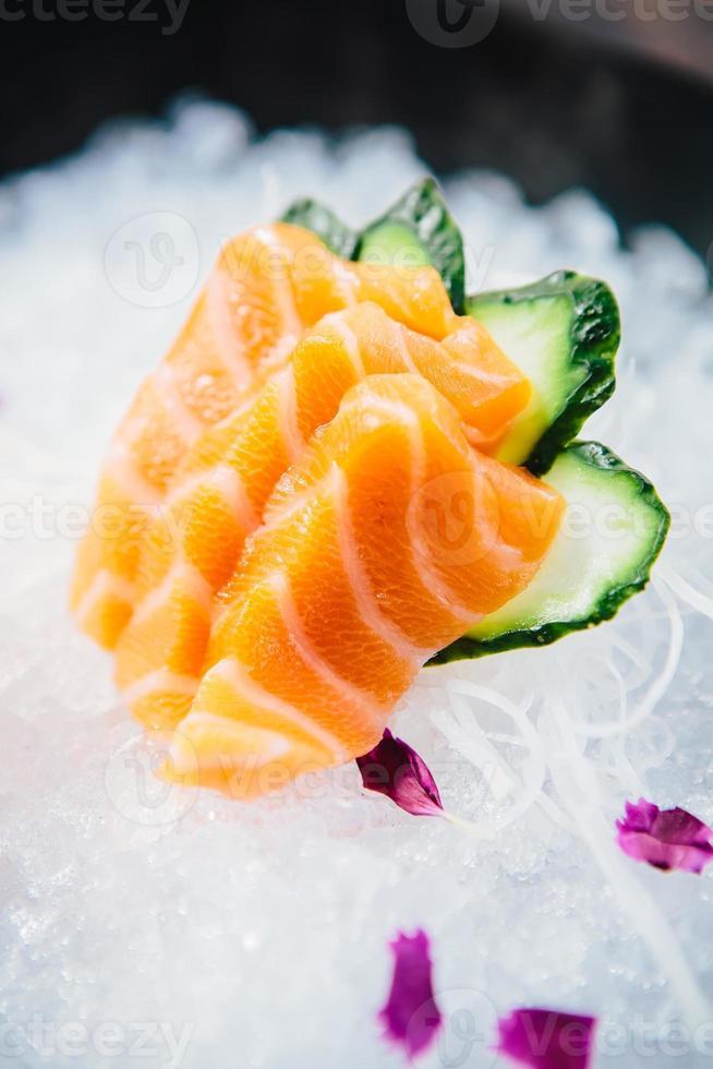 vários tipos de sashimi cru fresco foto