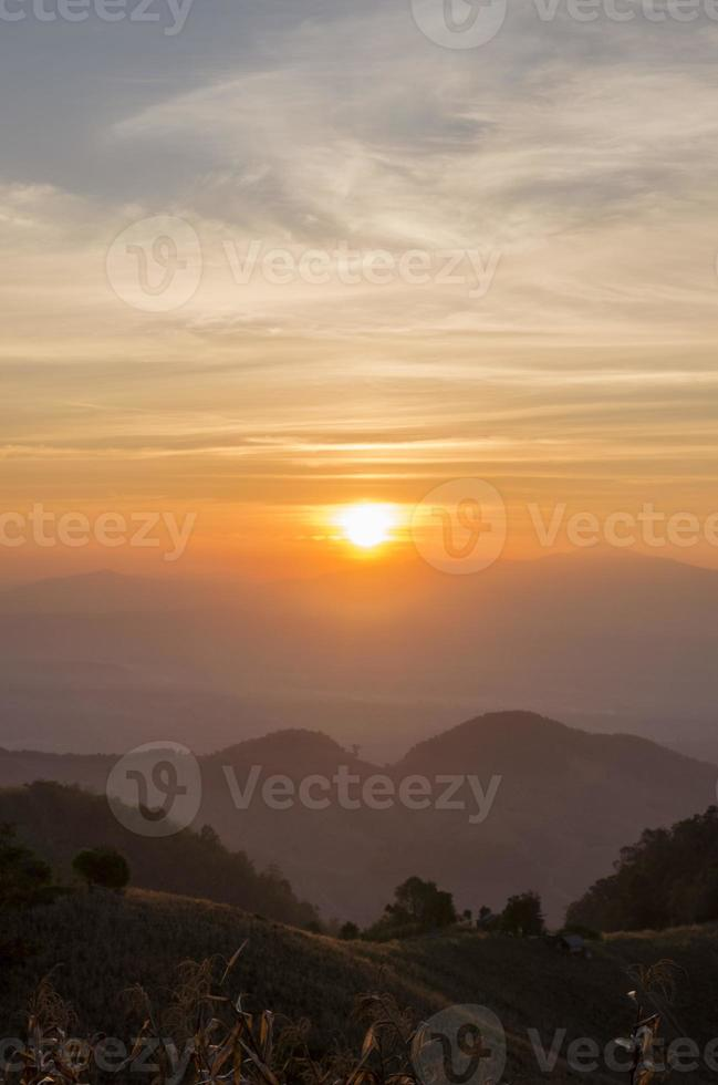 pôr do sol acima das montanhas na Tailândia foto
