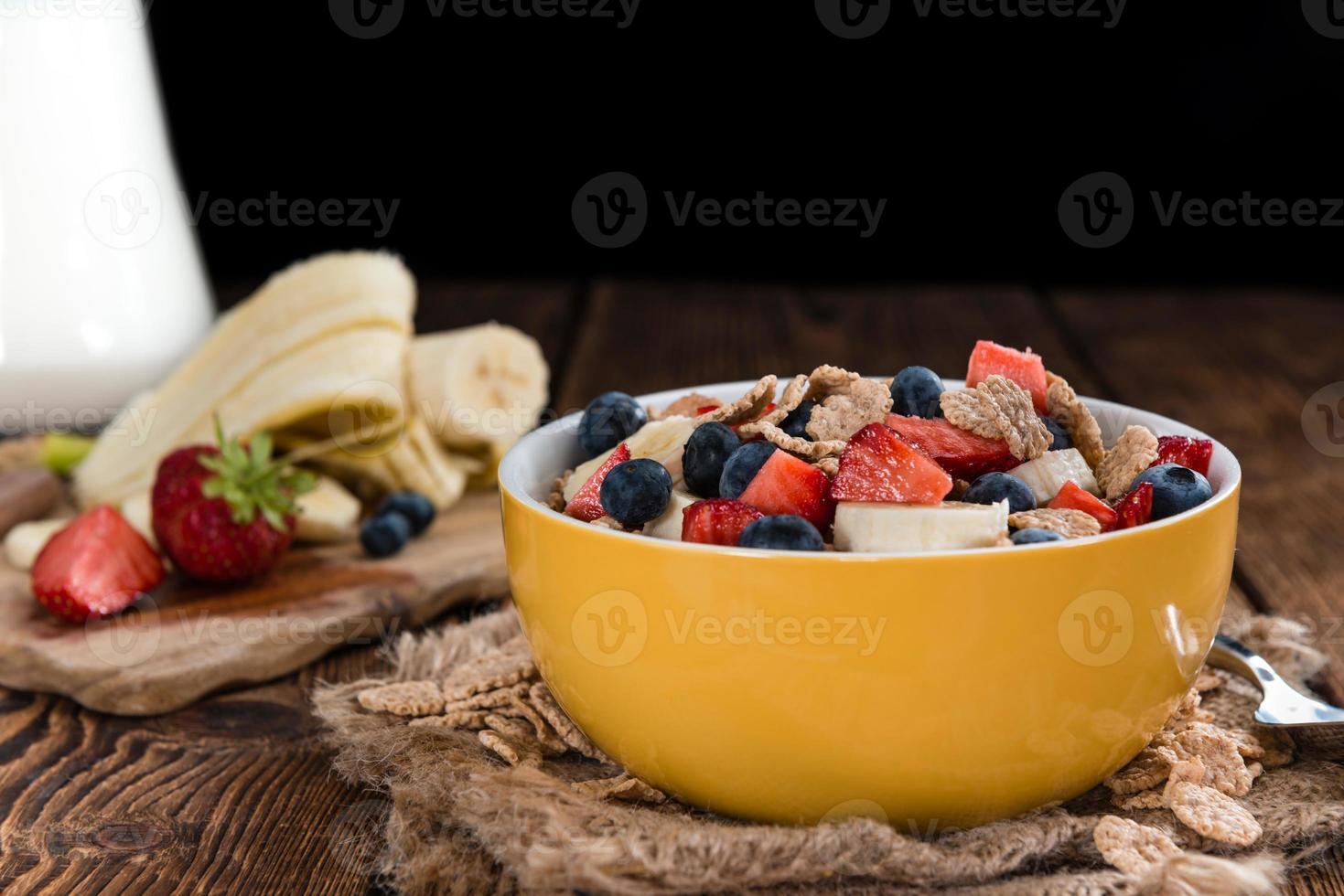 café da manhã saudável (flocos de milho com frutas) foto