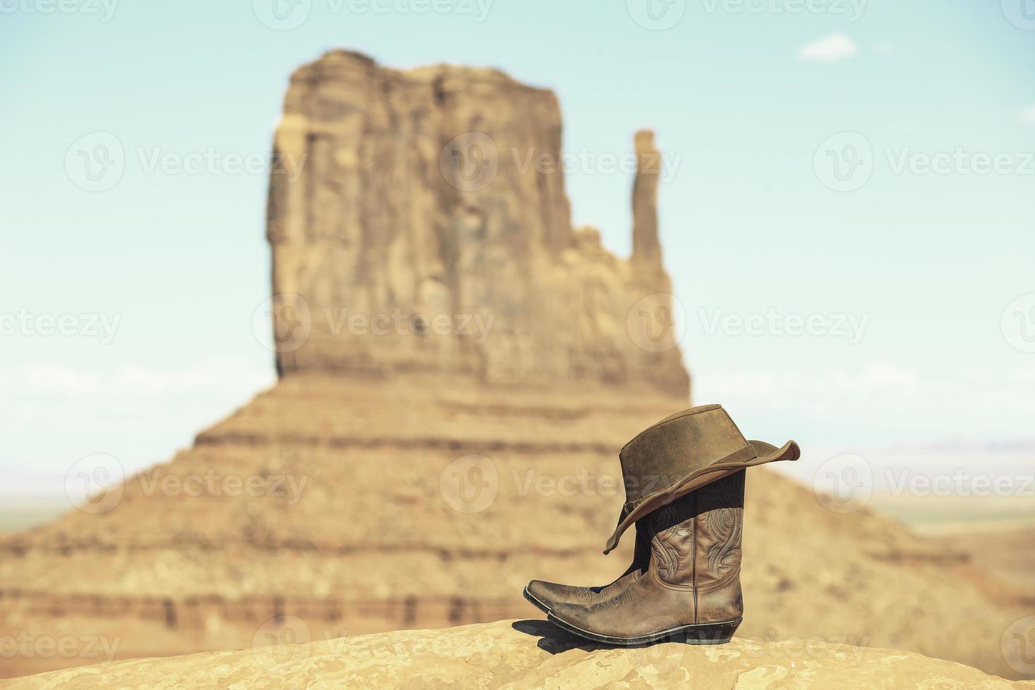 botas e chapéu na frente do vale do monumento foto