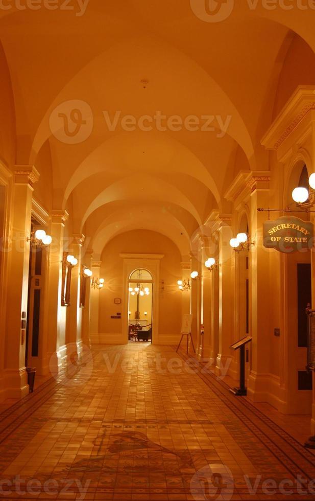corredor no edifício do capitólio da califórnia foto