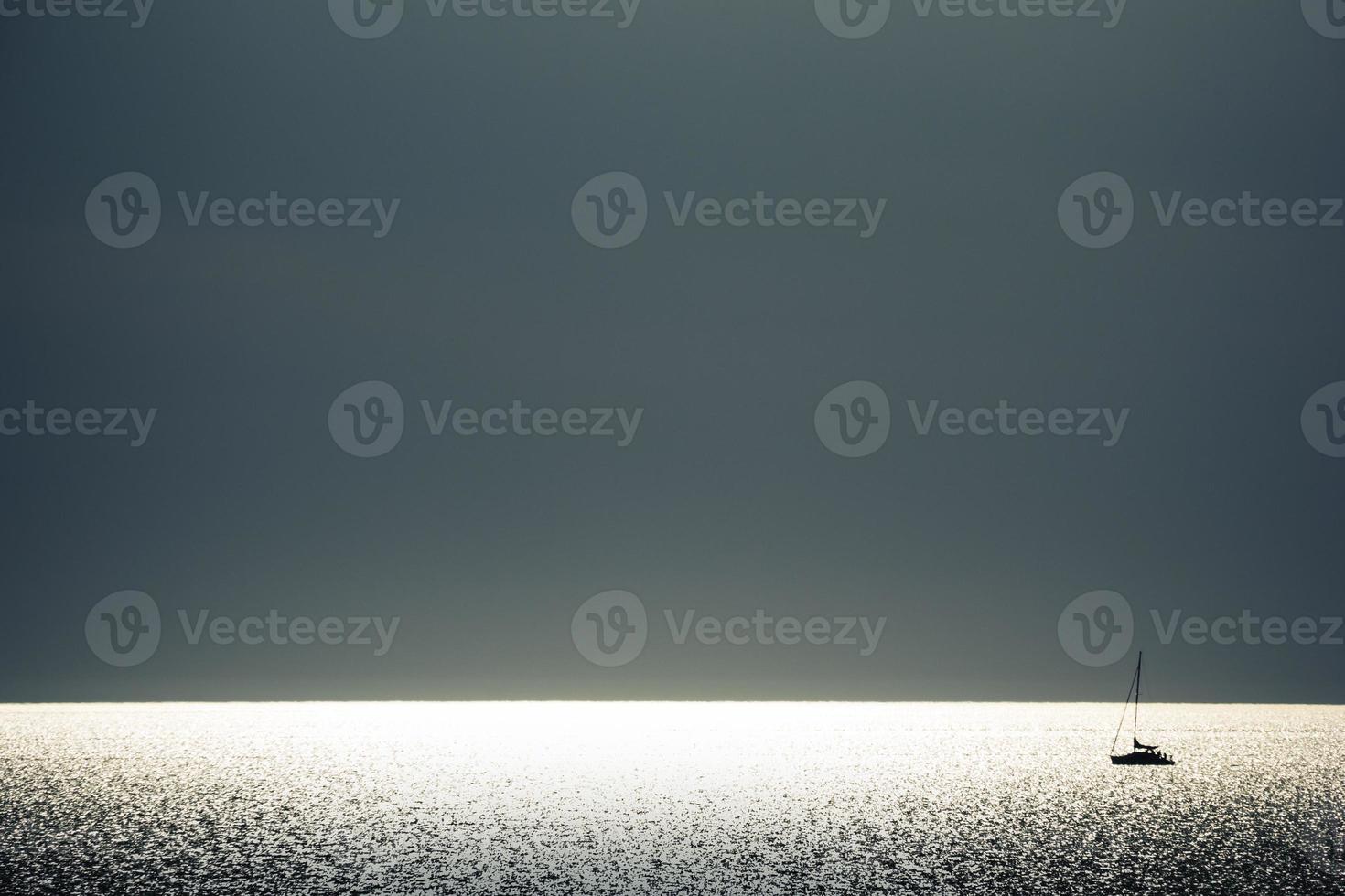 navegando por do sol foto