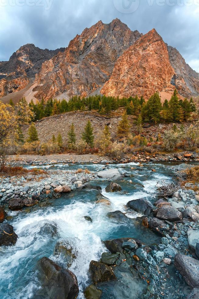 rio e montanhas foto