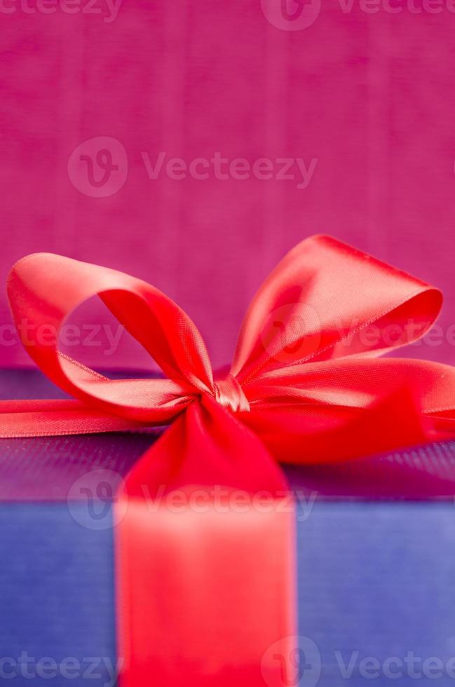 caixa de presente com fita vermelha foto