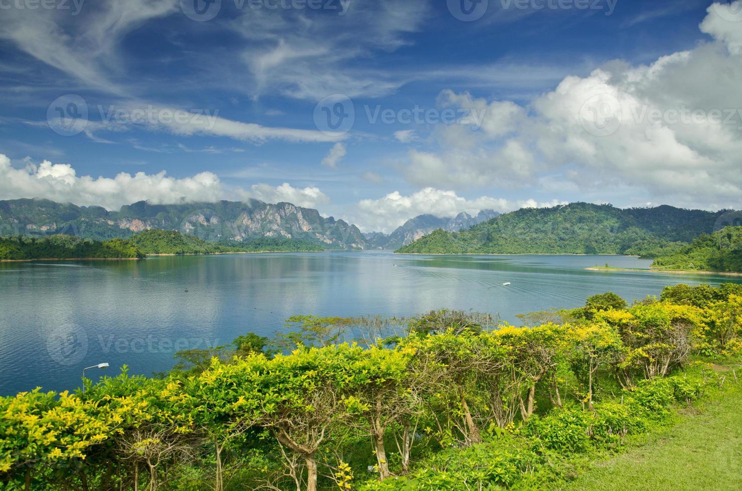 barragem de ratchaprapha província de surat thani, tailândia foto