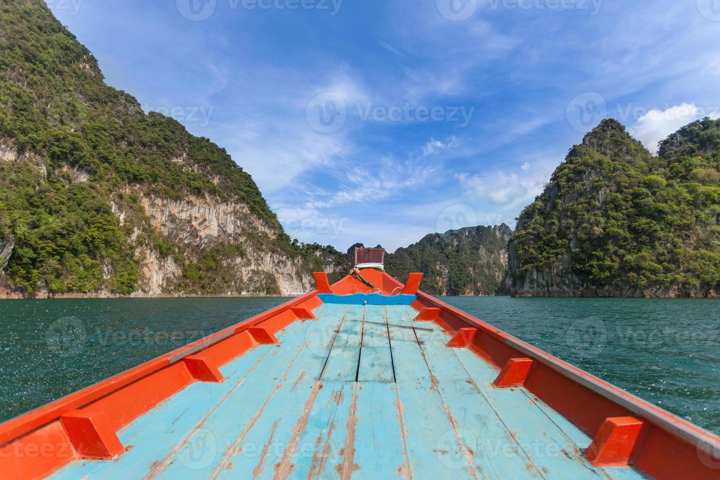 botes na represa de ratchapapha, província de surat thani, tailândia. foto