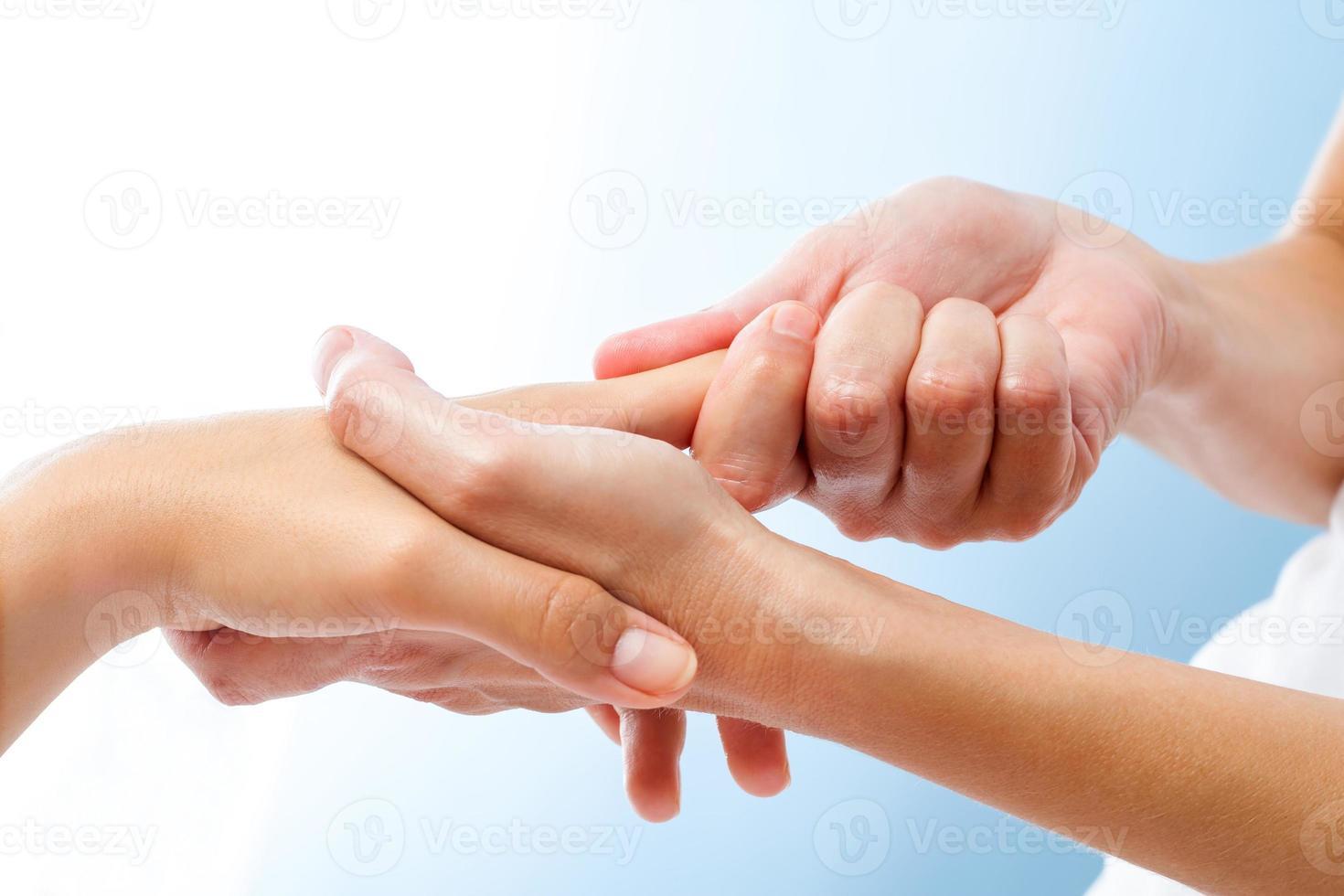 detalhe de massagem nas mãos curativa. foto