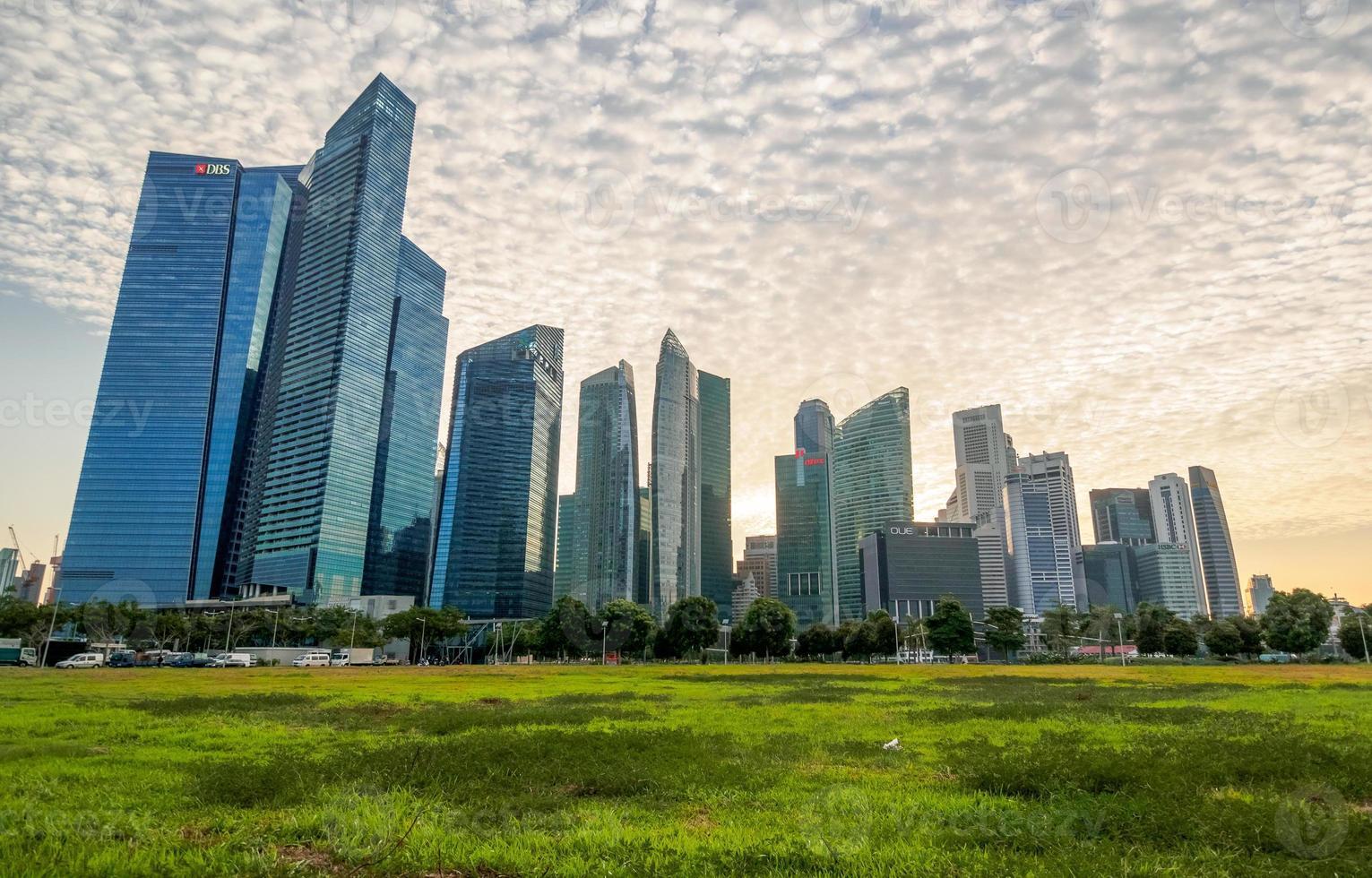 Singapura - 20 de junho de 2014: edifícios no horizonte de Singapura foto