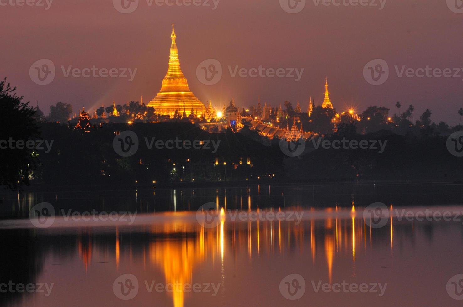 pagode shwedagon à noite, yangon foto