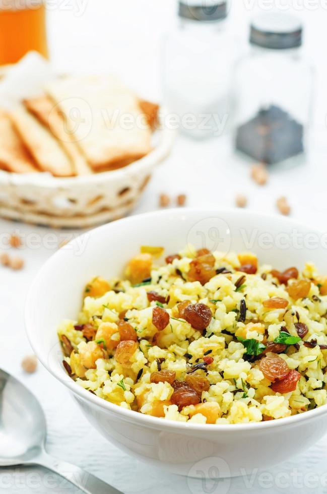 arroz, arroz selvagem, grão de bico com passas e ervas foto