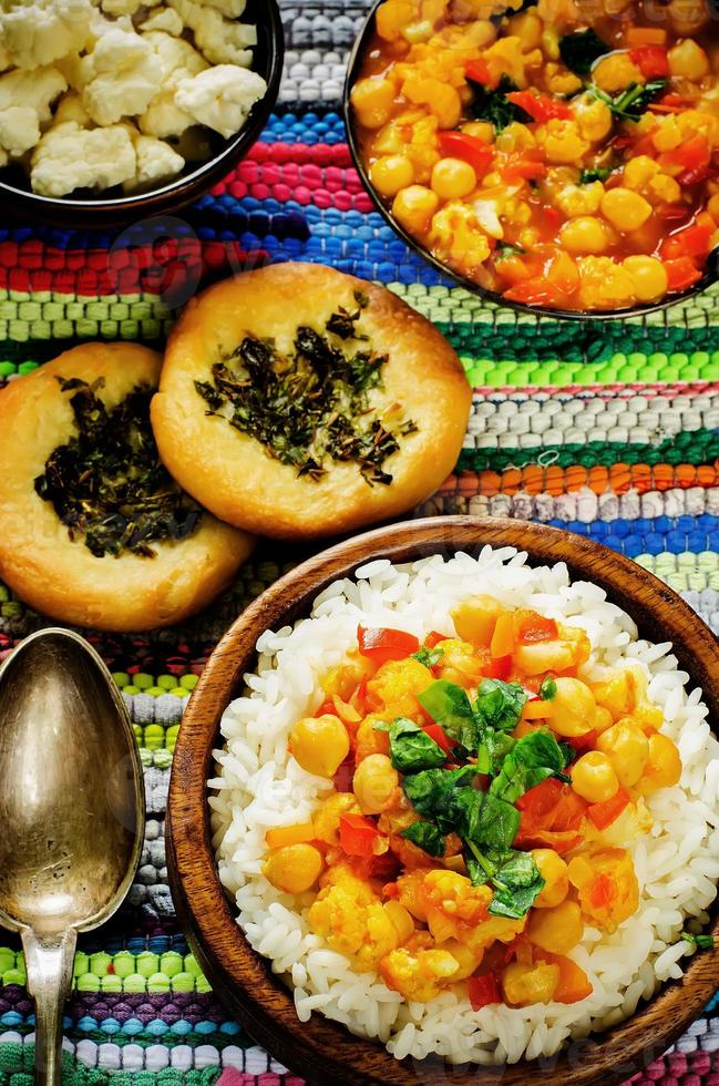arroz com curry grão de bico com legumes e pão árabe com ervas foto