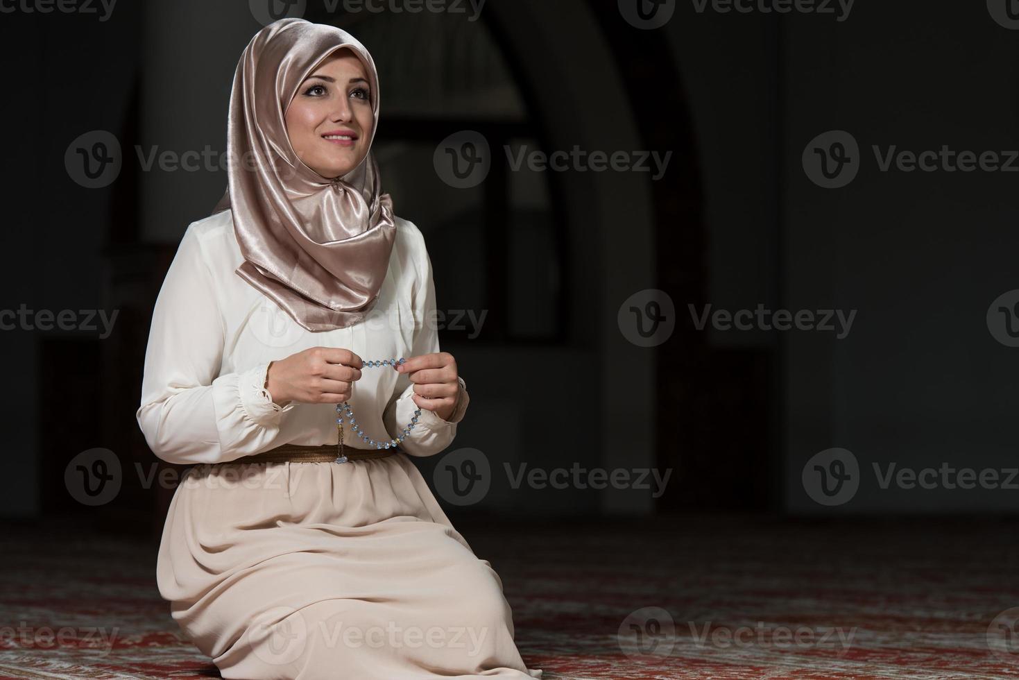 humilde mulher muçulmana oração foto