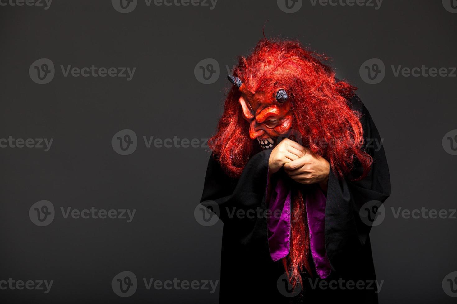 monstro do dia das bruxas em fundo escuro foto