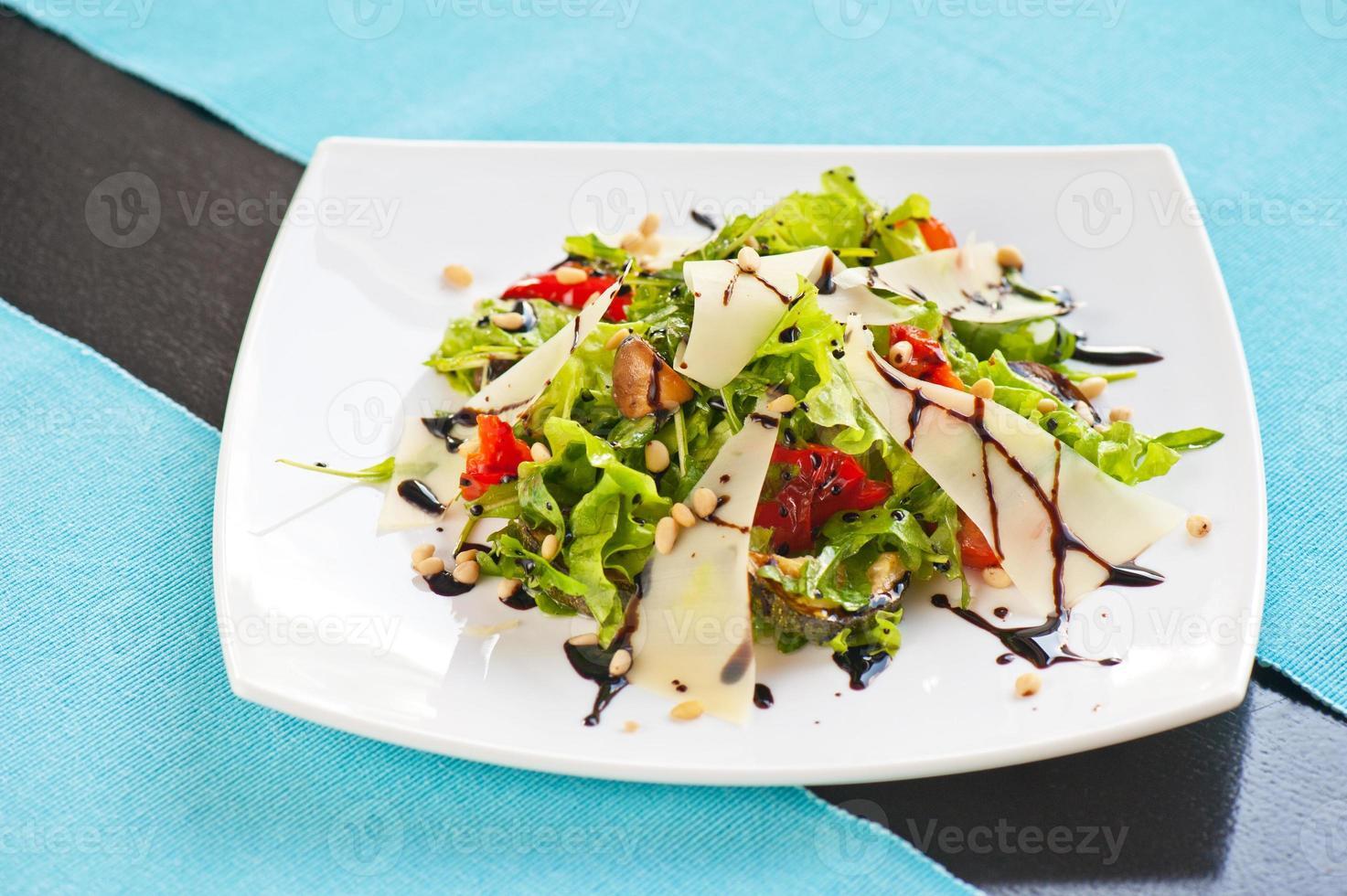 salada de legumes grelhados foto