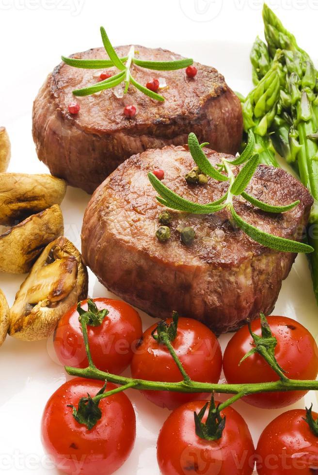 churrasco grelhado bife carne com legumes foto