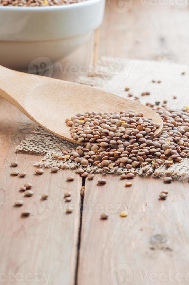 lentilhas orgânicas com falso de madeira no fundo de serapilheira foto