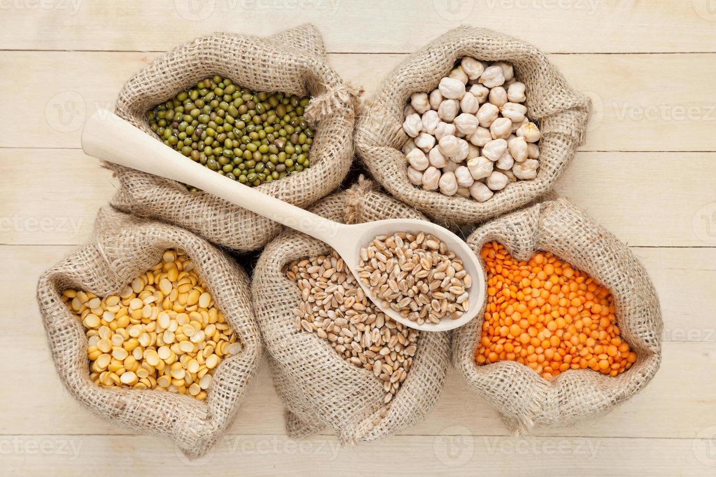 sacos com lentilhas vermelhas, ervilhas, trigo e mung verde foto