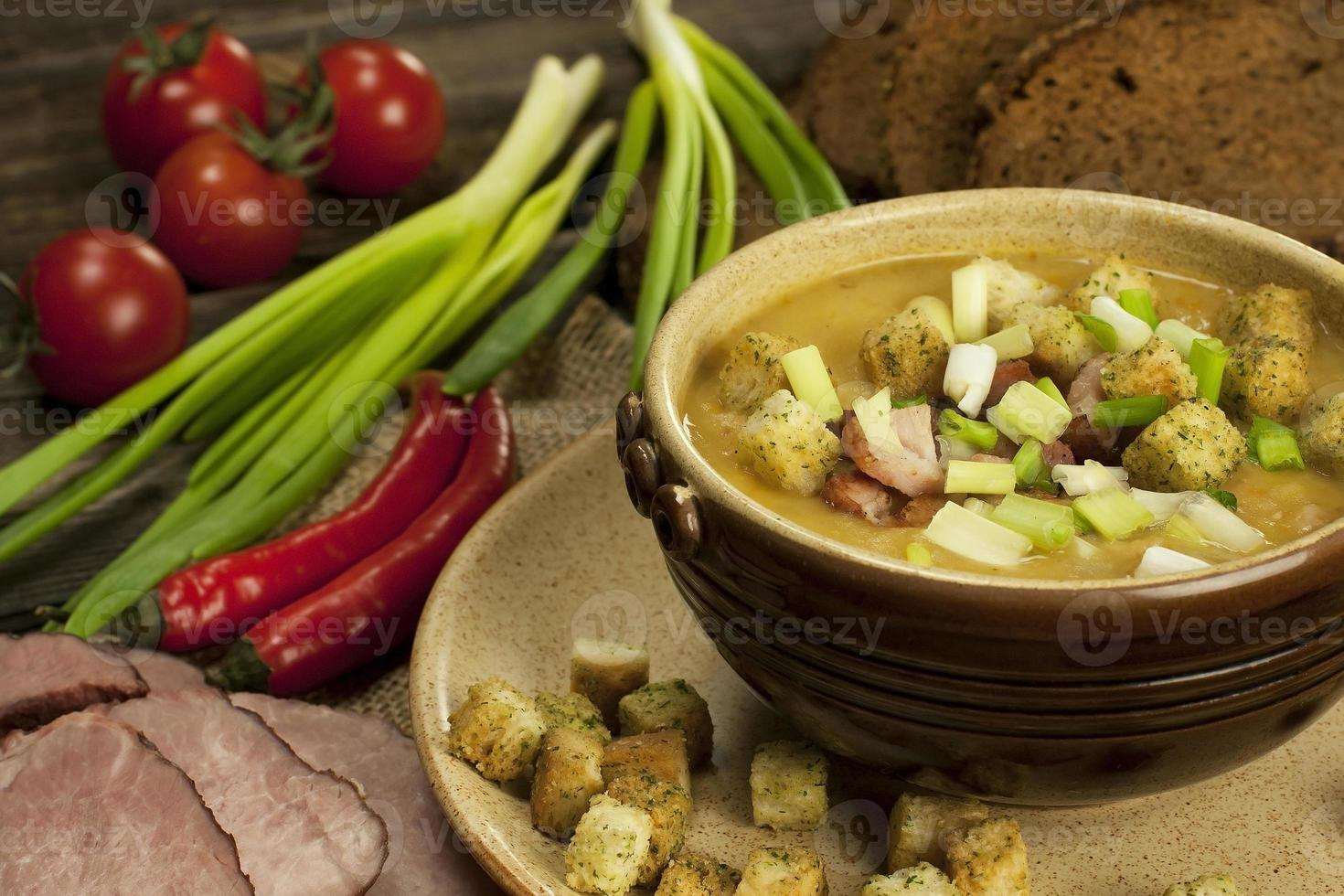 sopa caseira de ervilha deliciosa foto
